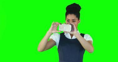 mulher bonita tirando selfie video