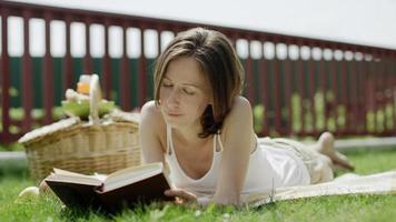 donna che legge un libro video