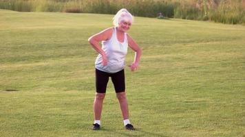 donna anziana che fa esercizio. video