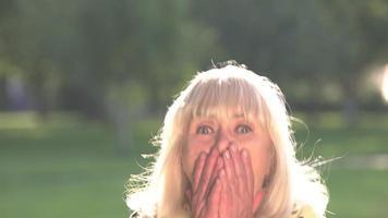 mulher sênior está com medo. video