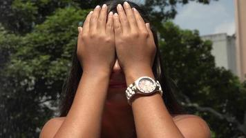 mujer tapándose los ojos video