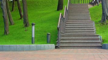 mujer asiática corre escaleras abajo en cámara lenta. mujer fitness corriendo en escalera