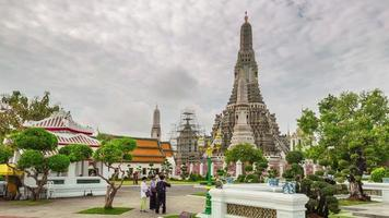 thailand tourist crowded wat arun temple panorama 4k time lapse video