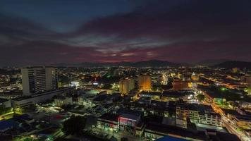 Panorama de la ciudad superior de la azotea de la ciudad de phuket puesta de sol de Tailandia 4k lapso de tiempo video