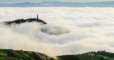 nube de niebla moviéndose sobre alta montaña video