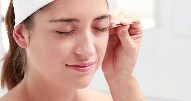 Frau bekommt falsche Wimpern angewendet