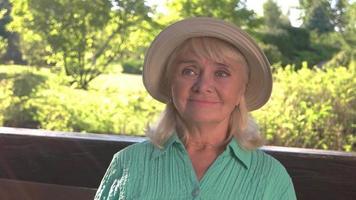 mujer mayor con sombrero sonriendo.