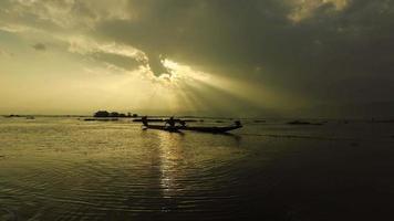 pesca al atardecer, lago inle