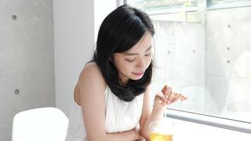 mujer joven bebiendo bebida fría video