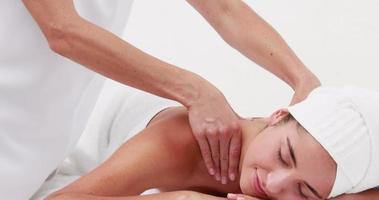 donna che gode di un massaggio alla spalla