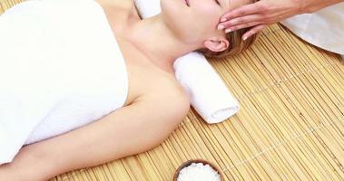 mulher desfrutando de uma massagem na cabeça