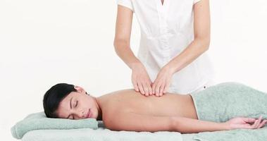 mulher desfrutando de uma massagem nas costas