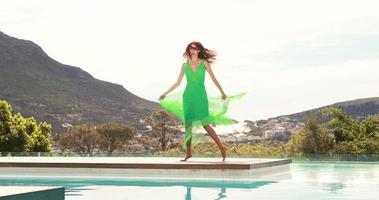 giovane donna felice che balla a bordo piscina video