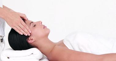 mujer disfrutando de un masaje de cabeza
