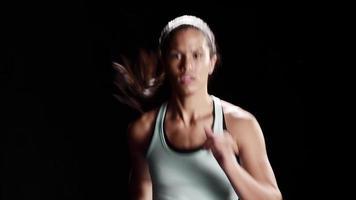 schwarze Frau, die auf einem Laufband joggt