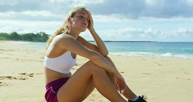 athletische junge Frau, die nach dem Training ruht