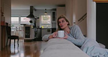 femme se détendre sur le canapé avec des amis video