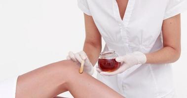 femme sur le point de se faire épiler les jambes