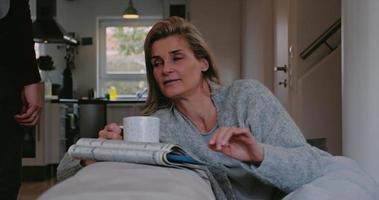 mulher séria e pensativa relaxando com café video