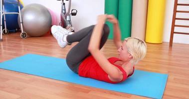 donna bionda che lavora sulla stuoia di esercizio