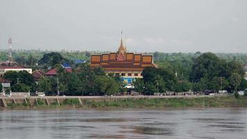 vista da margem do rio, pequena cidade e seu pagode