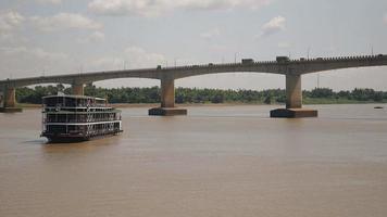 nave da crociera sul fiume che si avvicina alla riva del fiume