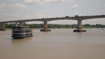 Kreuzfahrtschiff auf dem Fluss nähert sich dem Flussufer