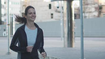 donna che corre all'aperto in ambiente urbano video