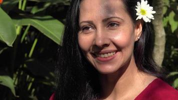 linda mulher latina sorrindo e feliz