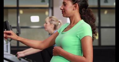 mujer embarazada, ejercitar, en, gimnasio