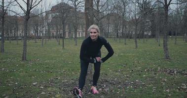 misura donna di mezza età facendo esercizi