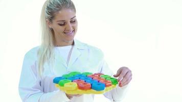 femme dans le laboratoire examine les jouets en plastique