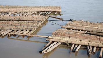 Des tas de poteaux en bambou stockés dans l'eau