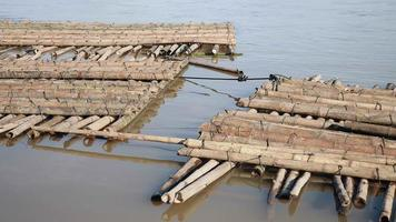 cumuli di palo di bambù immagazzinati nell'acqua