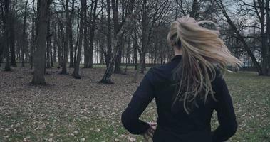 vista posteriore di una donna che corre all'esterno