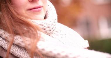donna che avvolge sciarpa calda durante l'inverno video