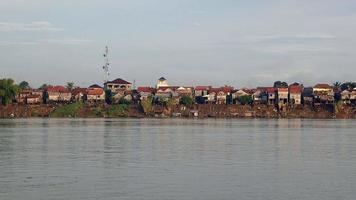 palafitas de vilas à beira do rio na maré baixa