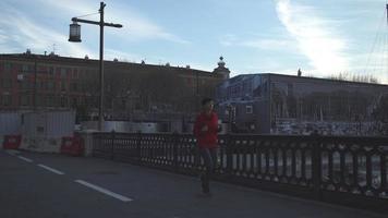 Frau läuft in der Stadt am Morgen