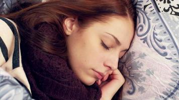 mulher dormindo na cama. jogando e girando video