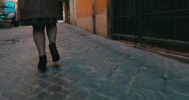 femme pressée courant le long de la rue
