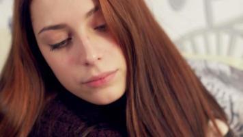 mujer enferma bebiendo té caliente. sufriendo de frio