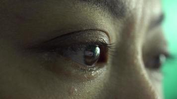 chiudere l'occhio della donna aperto e alla ricerca