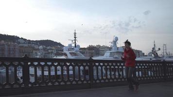 junge Frau läuft im Hafen am Morgen