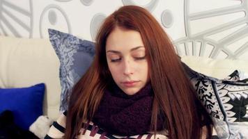 femme malade au lit tousser et se moucher