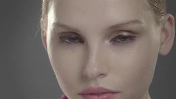 stijlvolle mooie vrouw close-up glimlach en knipoog video