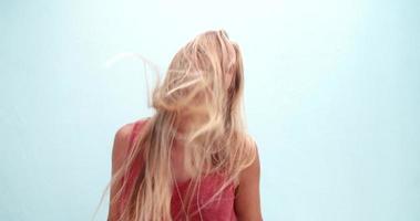 giovane donna alla moda con lunghi capelli disordinati ballando