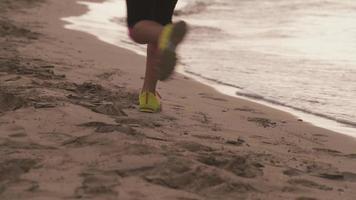jovem ativa treinamento esportivo correndo na praia