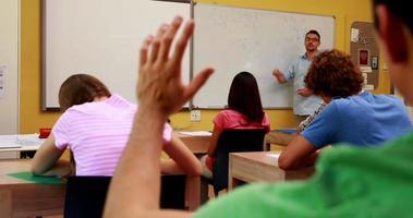 docente che parla alla sua classe e risponde a una domanda