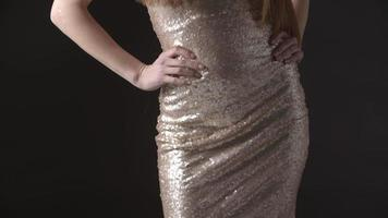 Tiro inclinado de glamorosa joven en brillante vestido de noche
