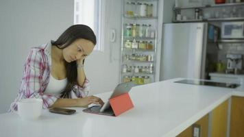 mujer hispana con una tableta en condominio en urbano 4k